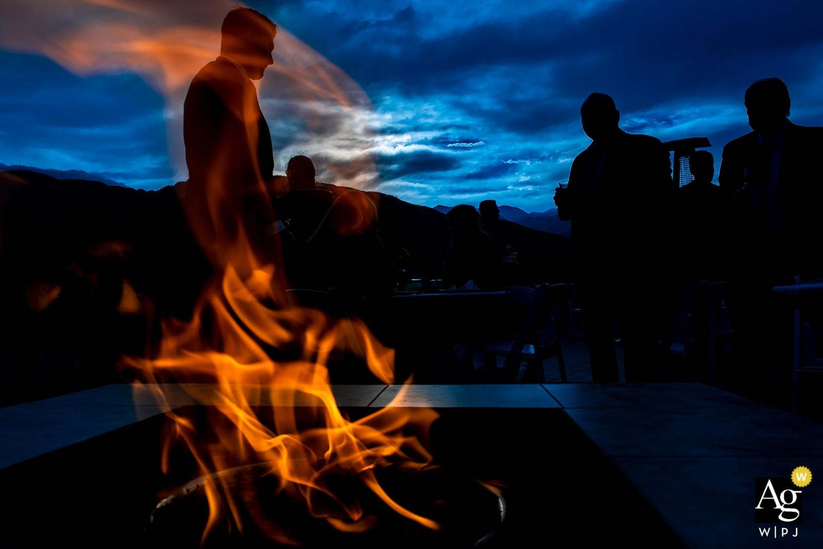 科羅拉多斯普林斯夏延山度假村藝術創意照片的火坑在黃昏