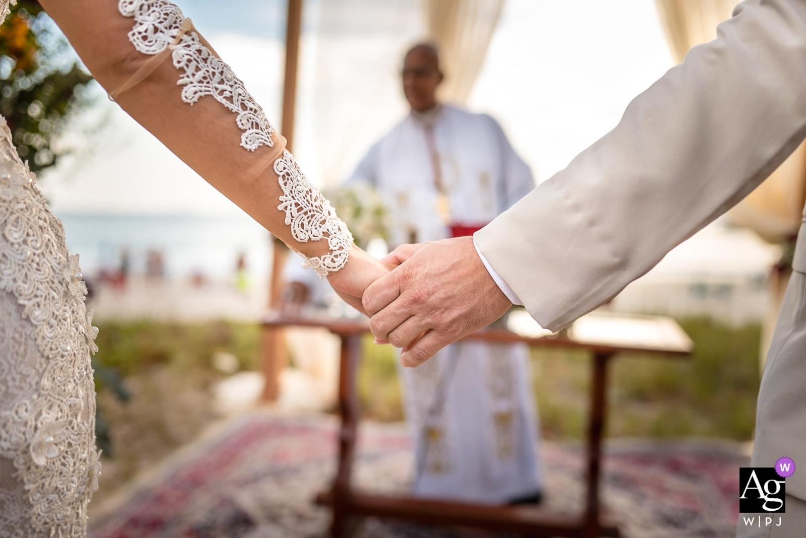 在儀式期間,握手的新娘和新郎里約熱內盧藝術性的創造性的攝影細節