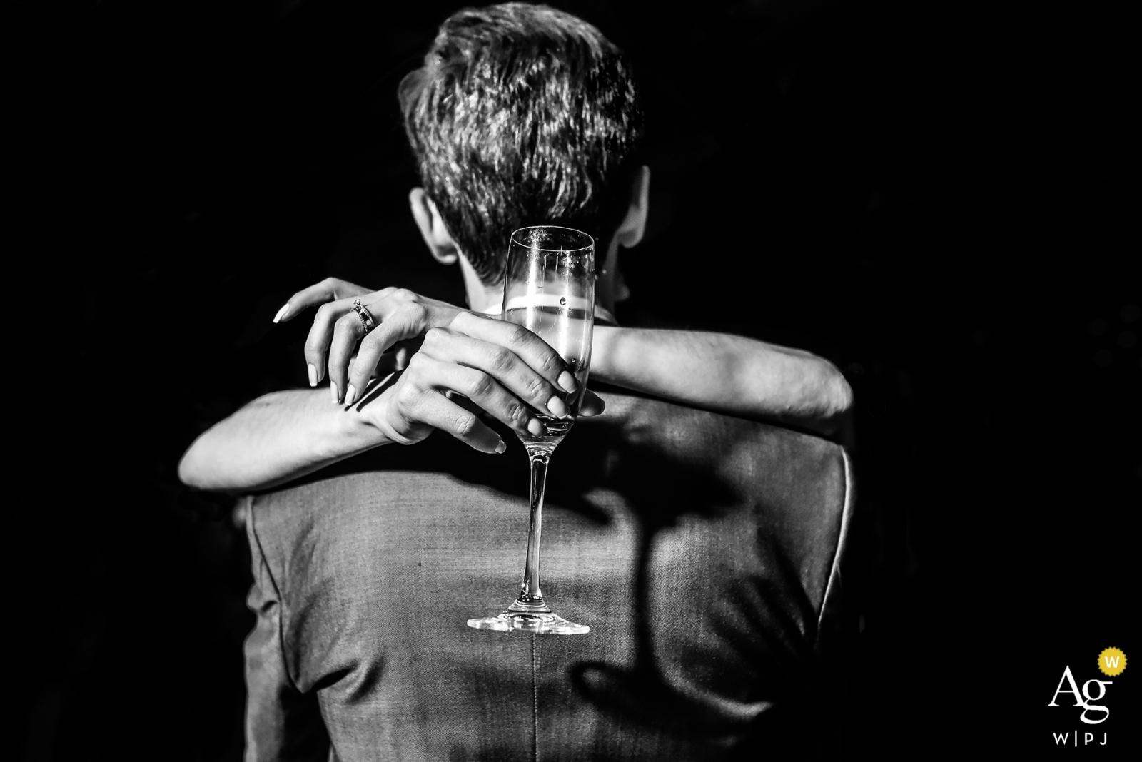 創意婚紗攝影  擁抱新郎的新娘舉行的香檳玻璃細節