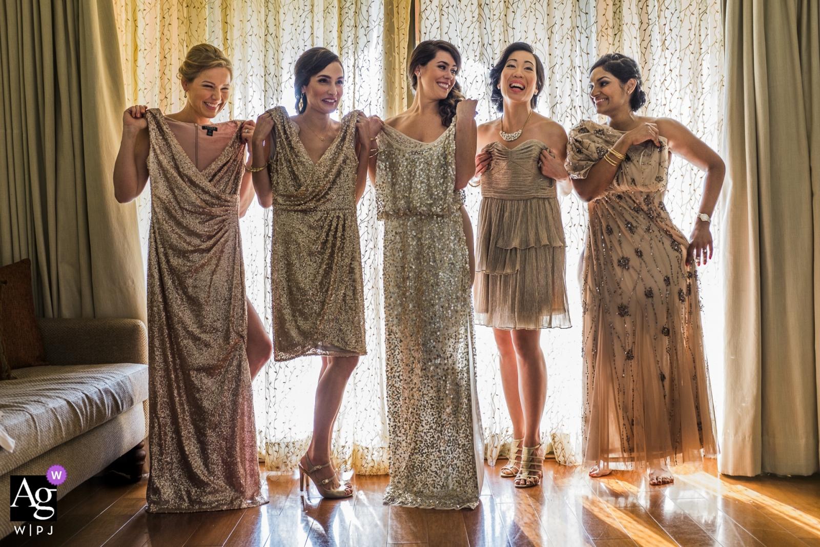 Fotografia ślubna w Goa panny młodej i druhen stwarzających sukienki portretowe