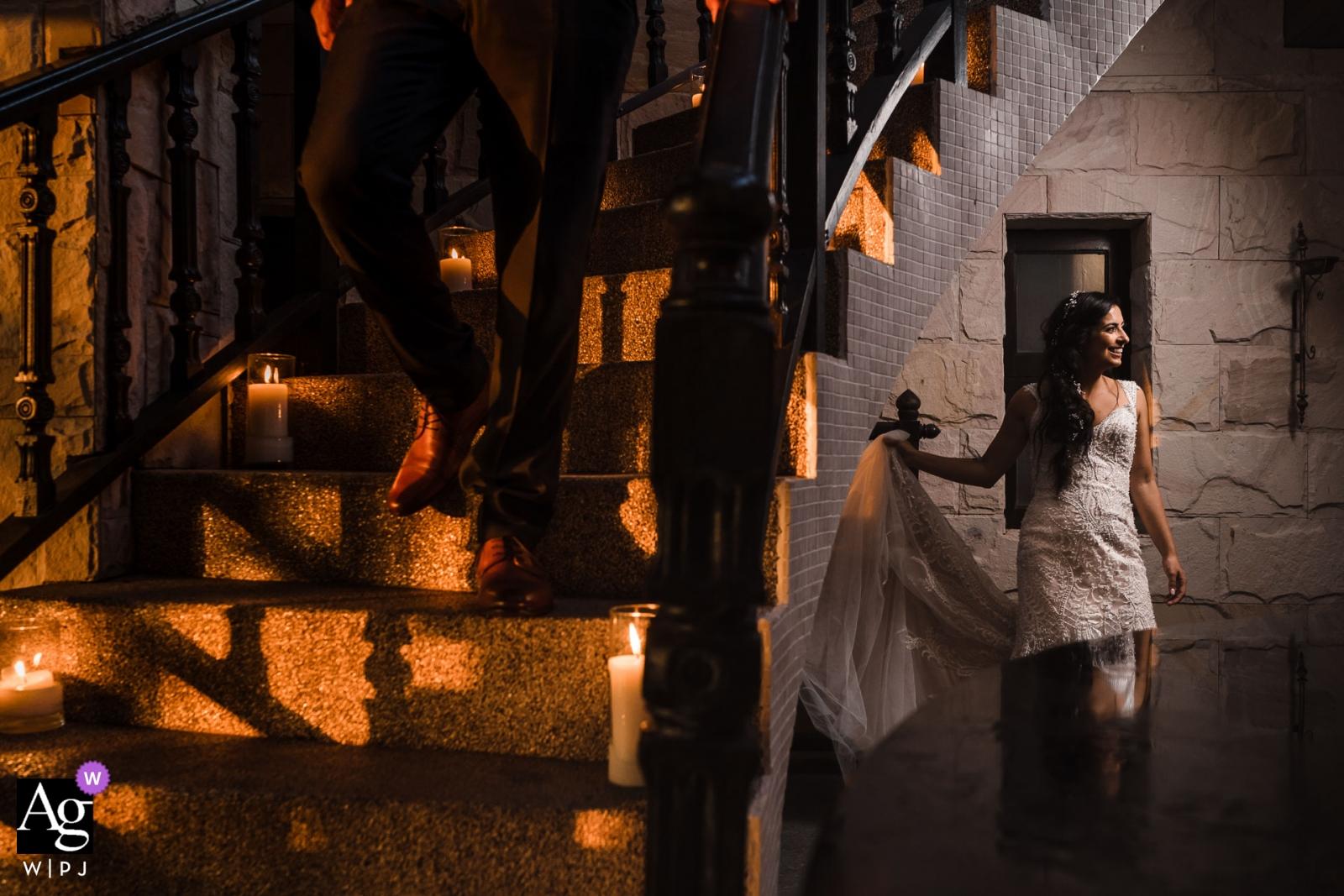泰國婚禮之日與藝術照明設備的夫婦畫象