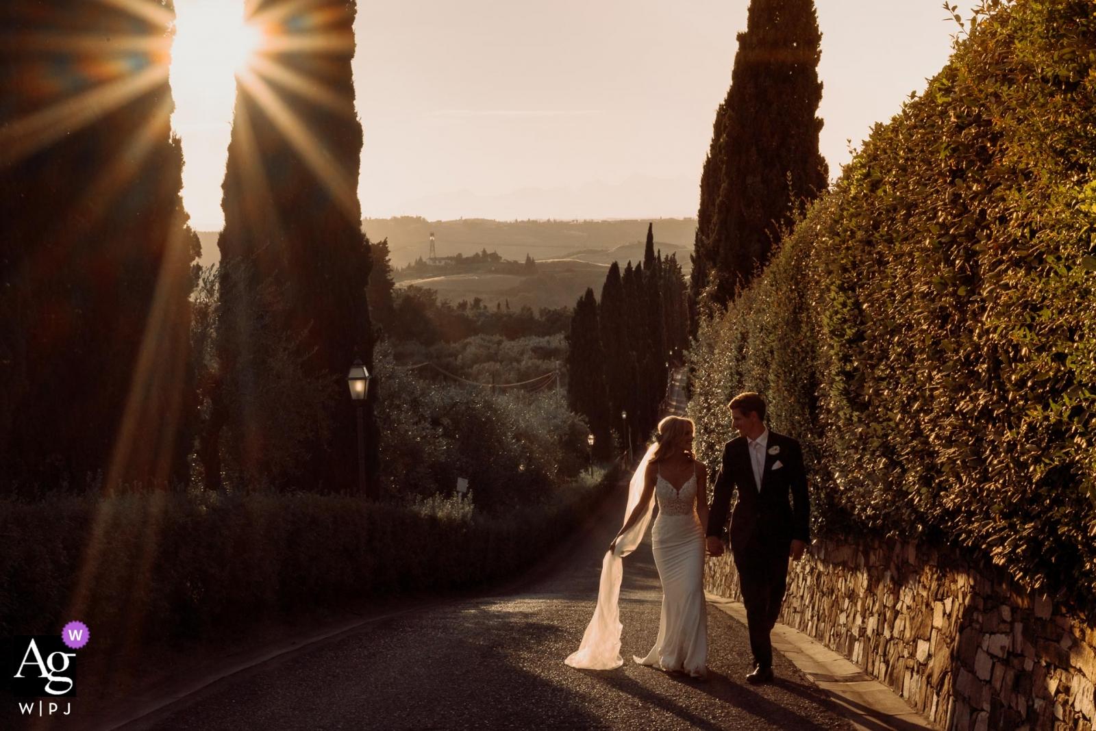 普吉島走在黃昏陽光下的夫婦婚禮攝影畫象