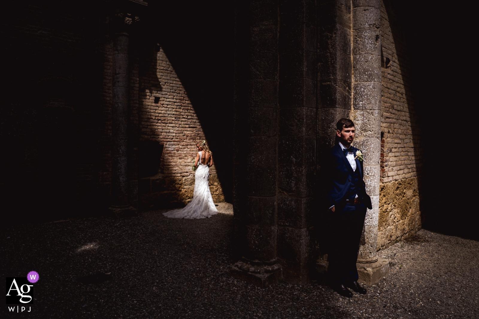 Foto artística de la boda de Siena durante la sesión de retratos de la Toscana con los novios a la luz del sol