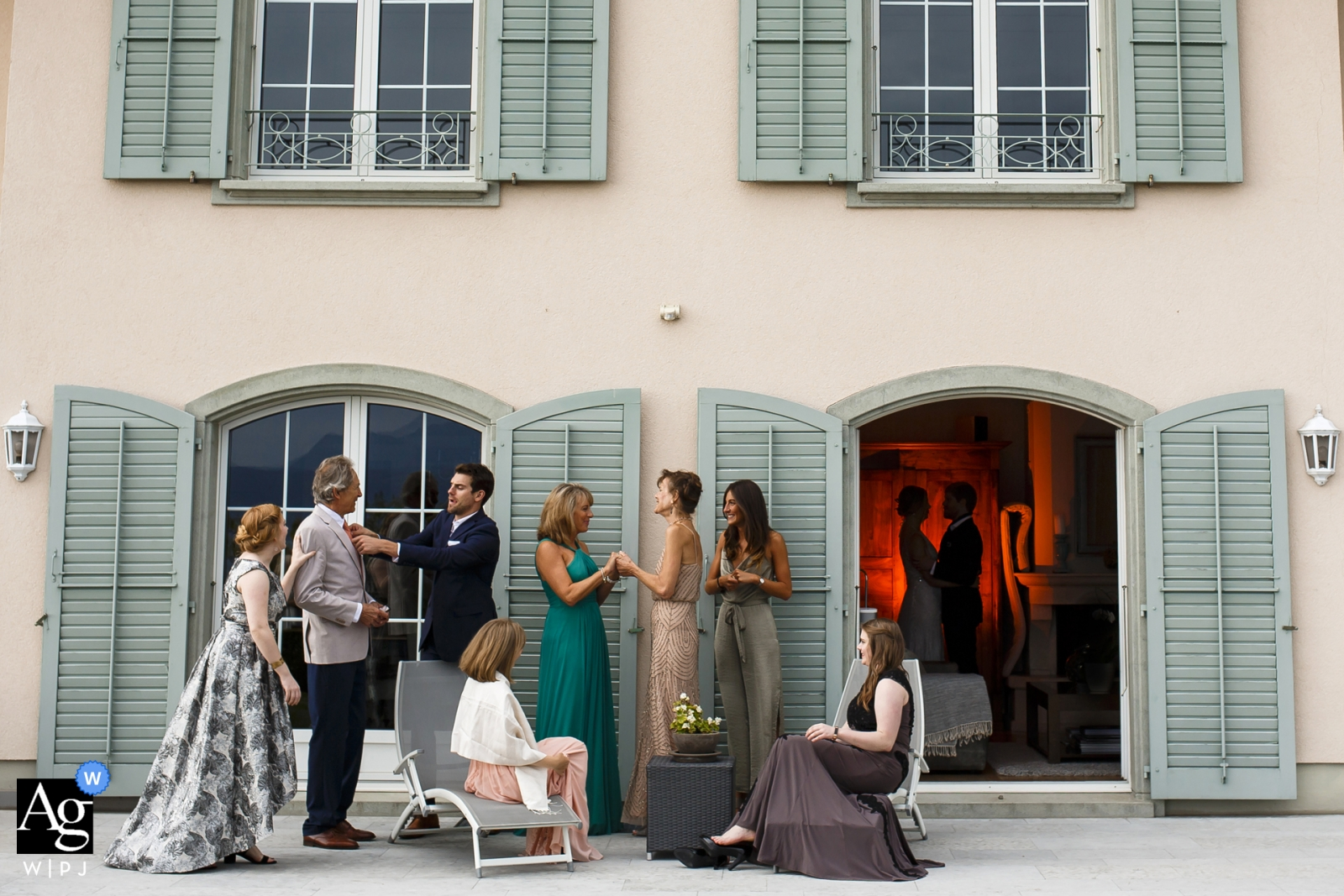 Photographie de mariage en Suisse | Couple en tournage avec tout l'invité