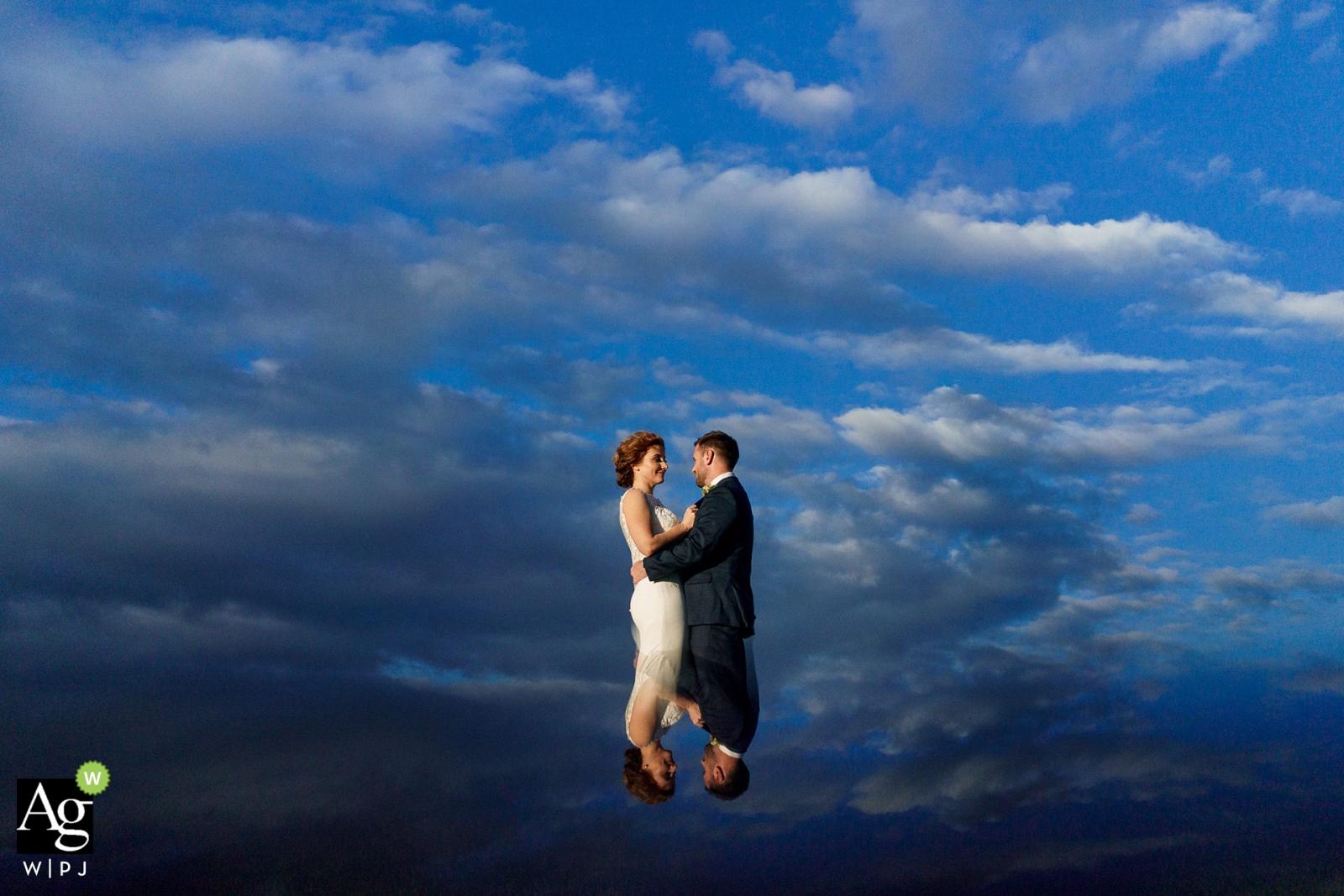 Fotografia creativa del ritratto di nozze di Seattle della sposa e dello sposo nelle nuvole