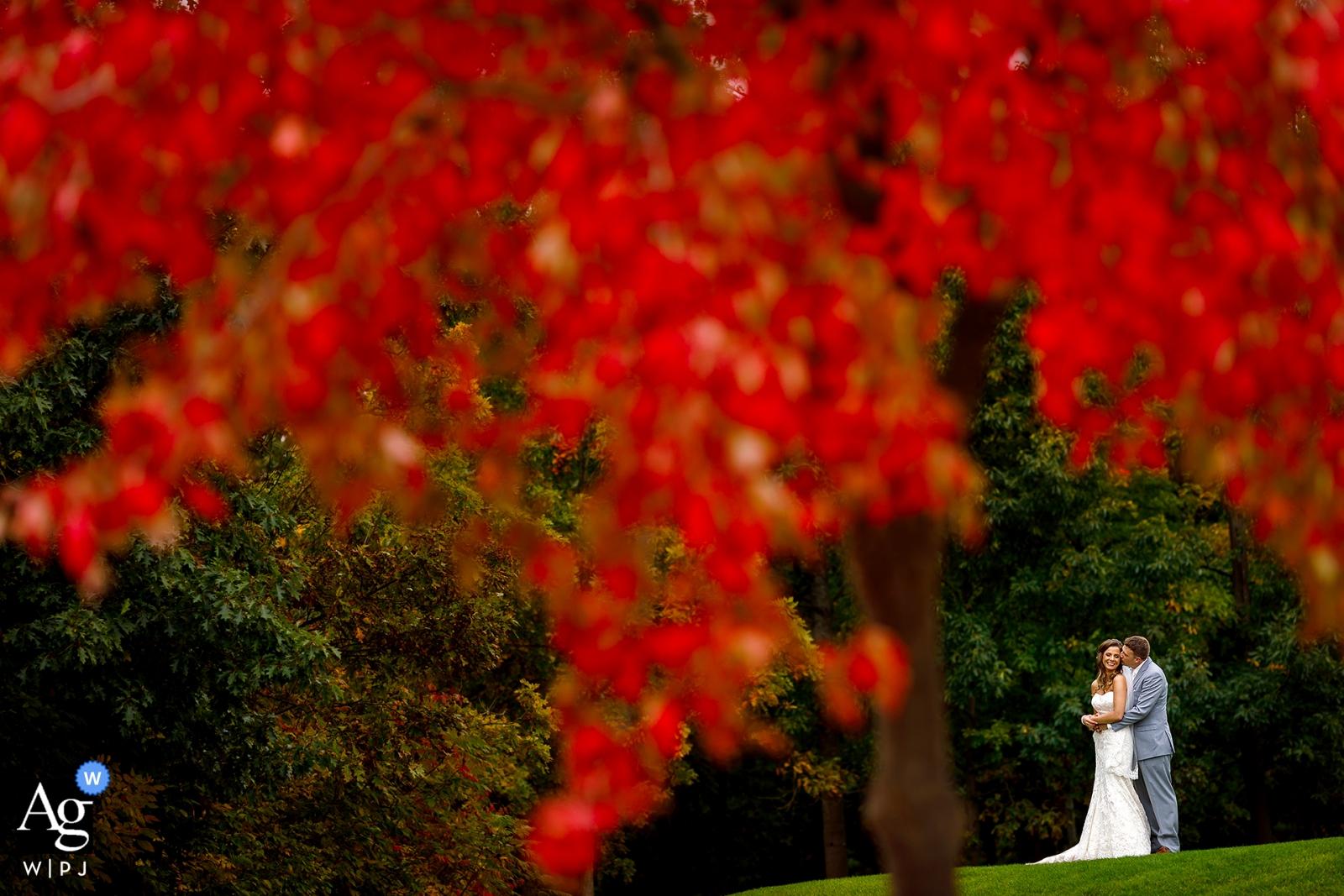 Portrait de photographie de mariage artistique de Chicago portrait de la mariée et le marié à l'extérieur sous les arbres rouges.