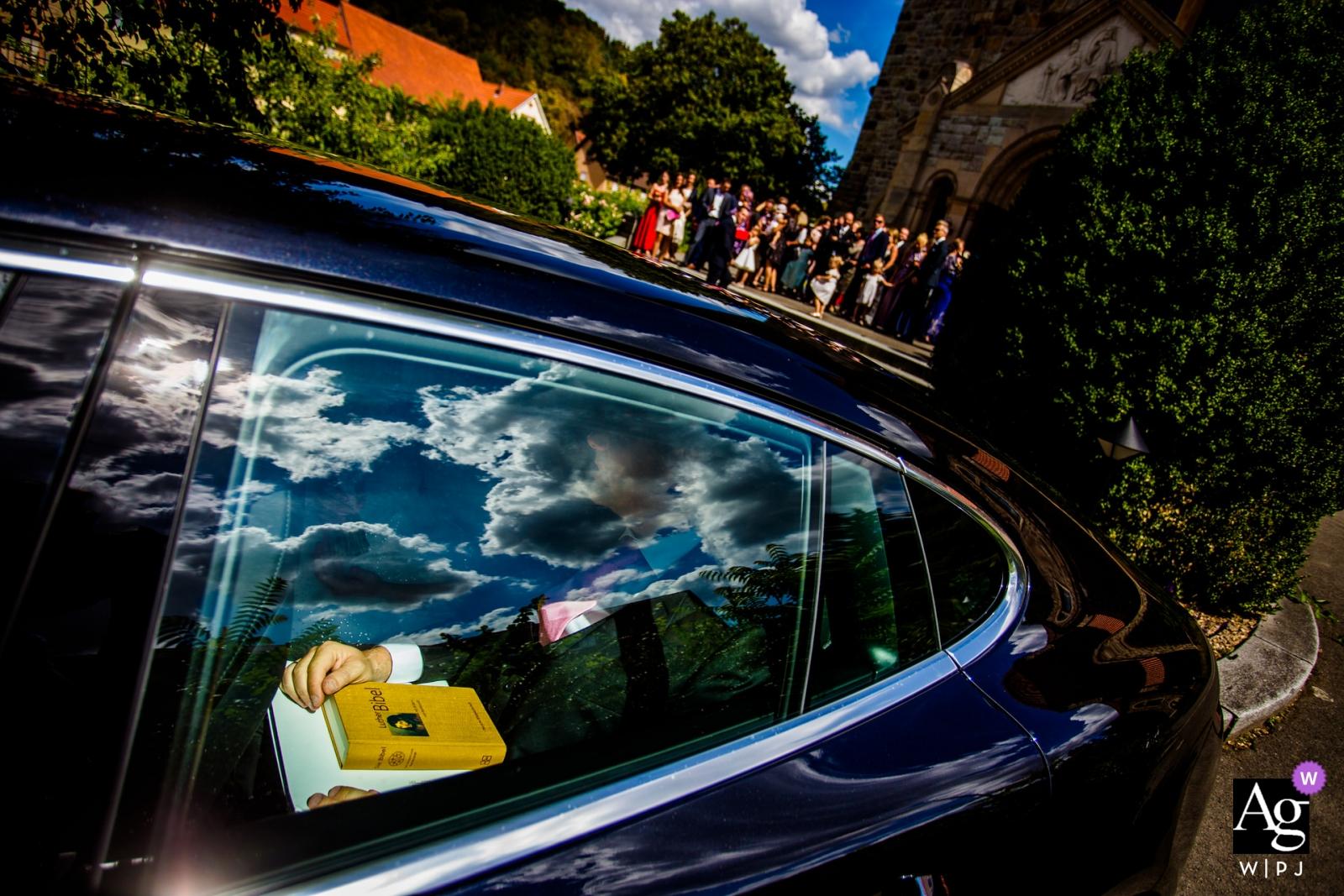 Künstlerisches kreatives Fotografiedetail Hessen-Deutschlands des Bräutigams im Auto
