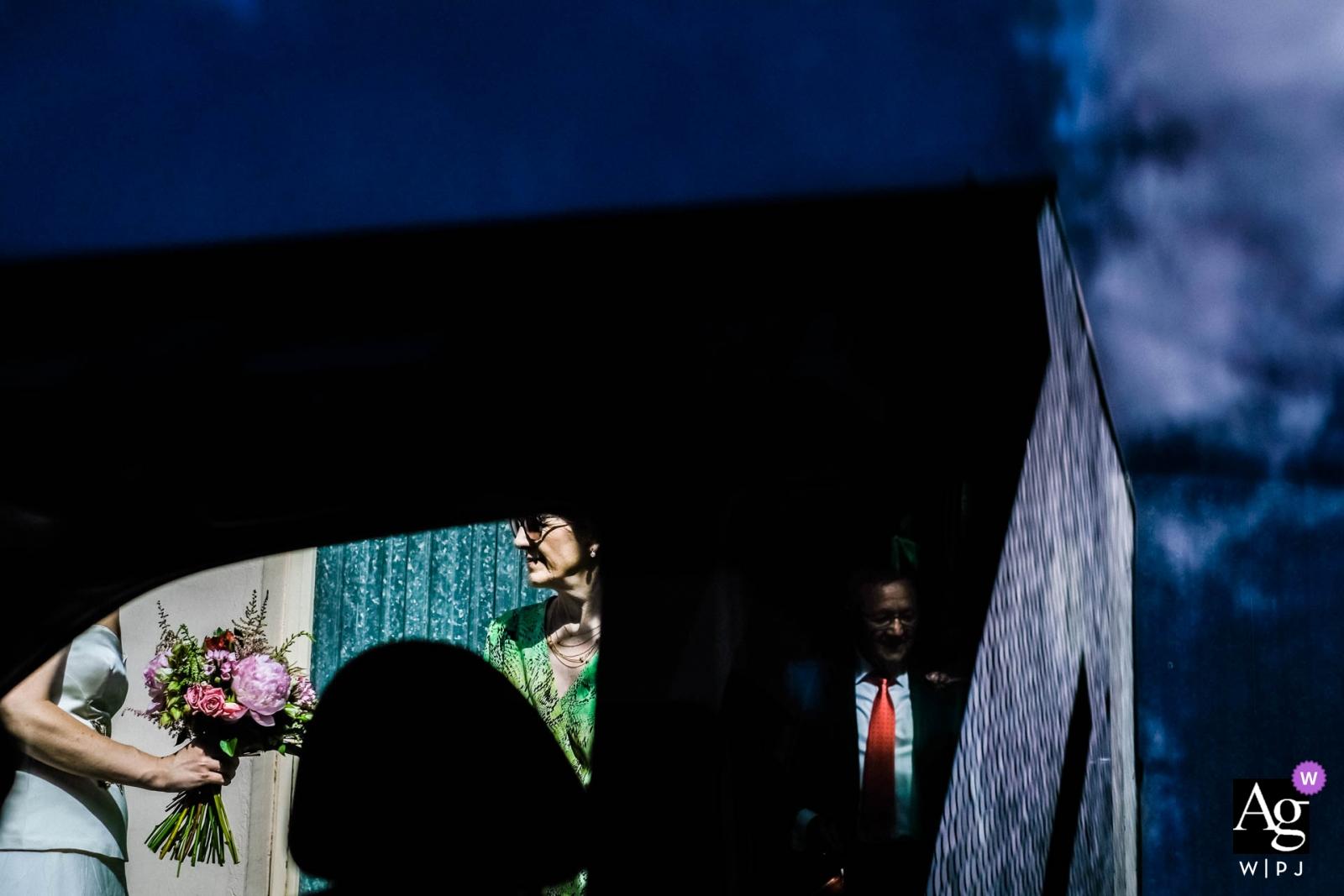 Ponferrada, Spanien Hochzeitsfotografie immer fertig | Brautstrauß durch Autofenster