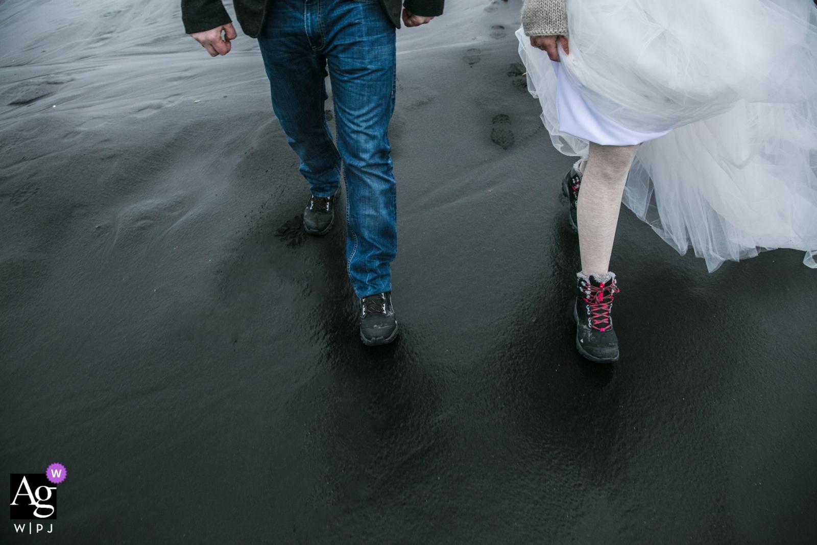 Photographie de mariage pour l'Islande Vík í Mýrdal | les mariés marchent à la cérémonie