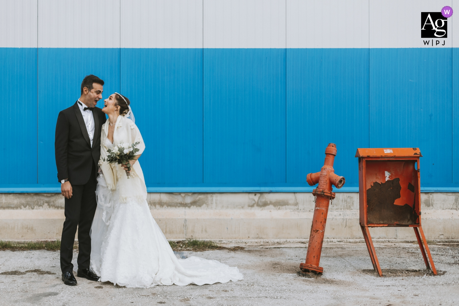 mersin bride and groom portrait on wedding day | the couple is shouting at each other