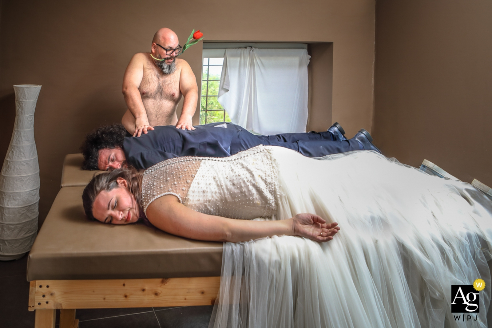 siracusa wedding humor - portrait of bride and groom getting massage.