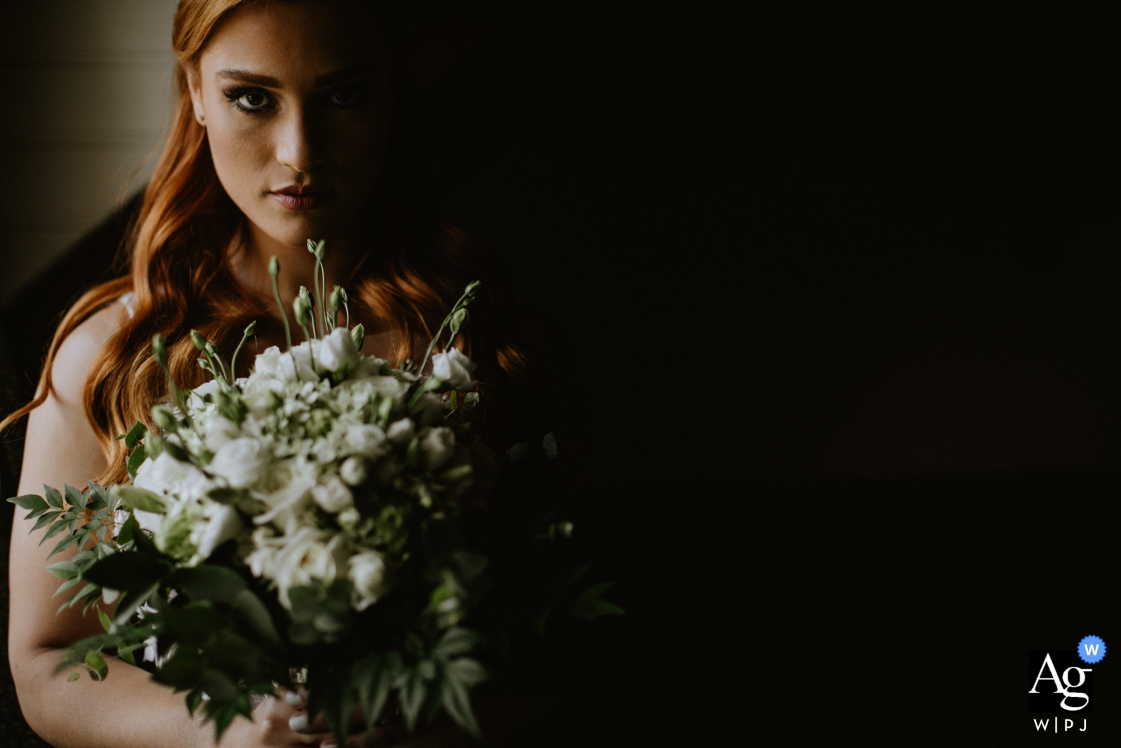 alto da capela - porto alegre - brasil wedding day photography | Portrait of the bride and her bouquet of flowers with a dramatic light