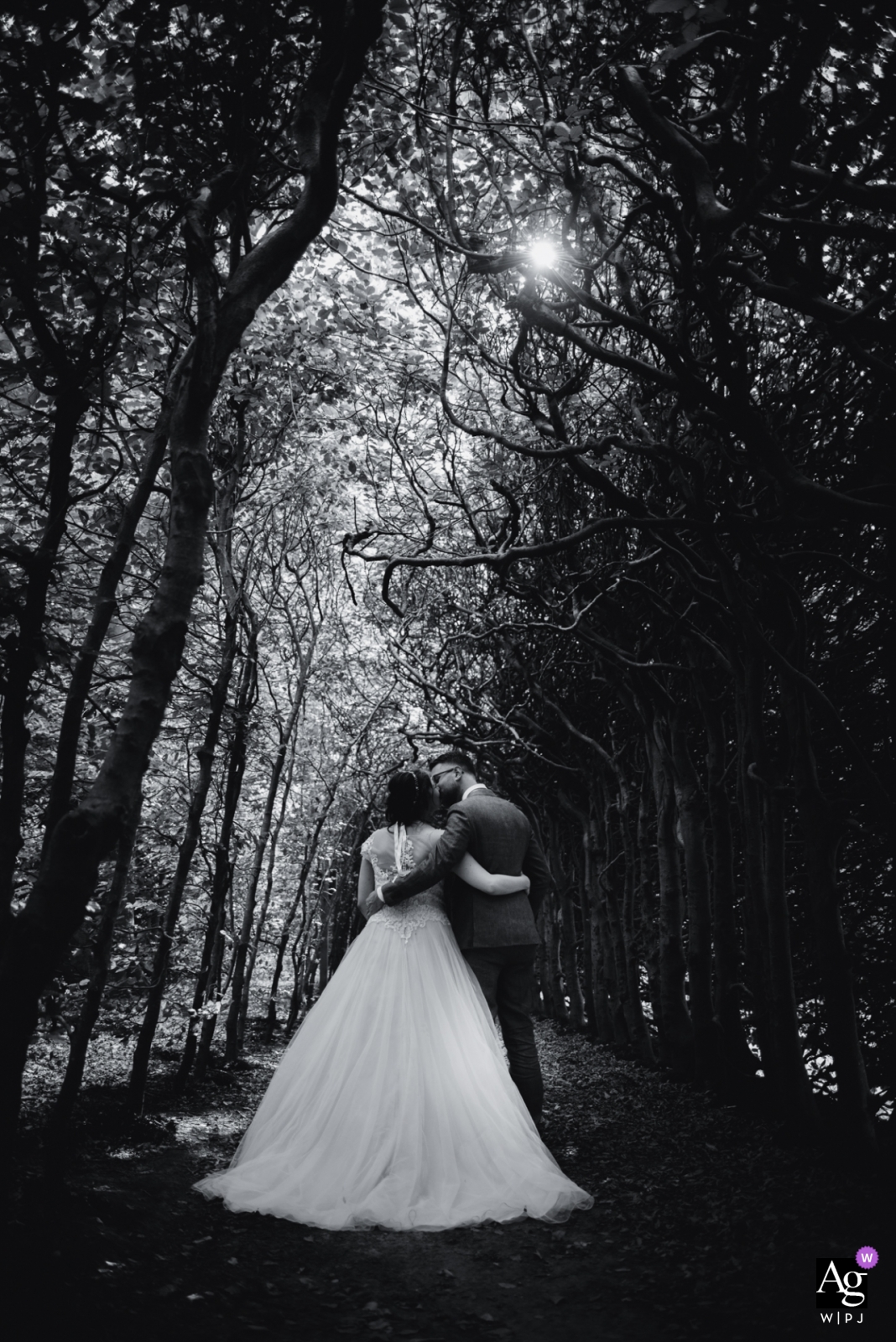 gieten Lovers lane portrait of bride and groom in black and white