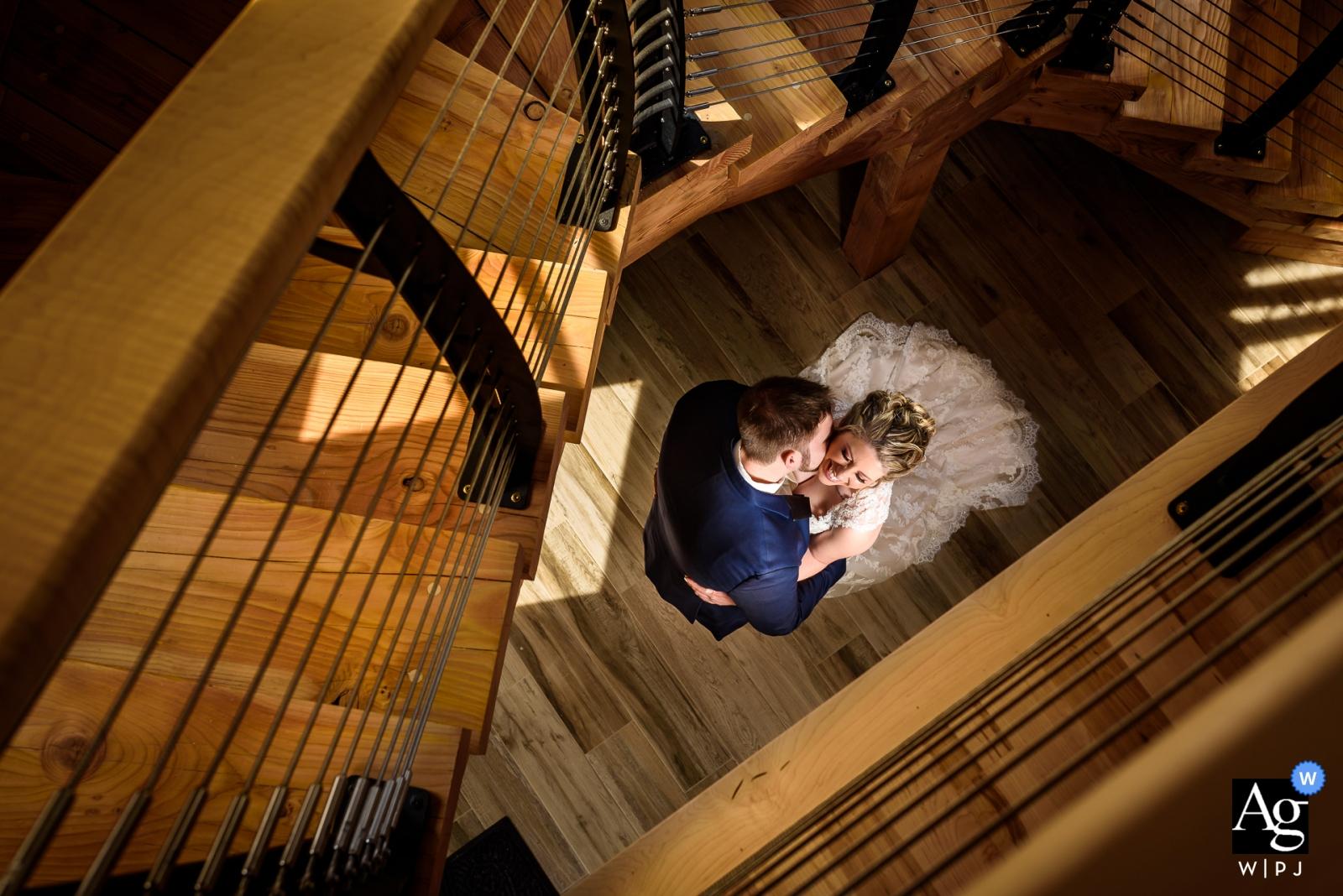 Rock Island Lake Club-Hochzeitstagporträt der Braut und des Bräutigams unter der Treppe