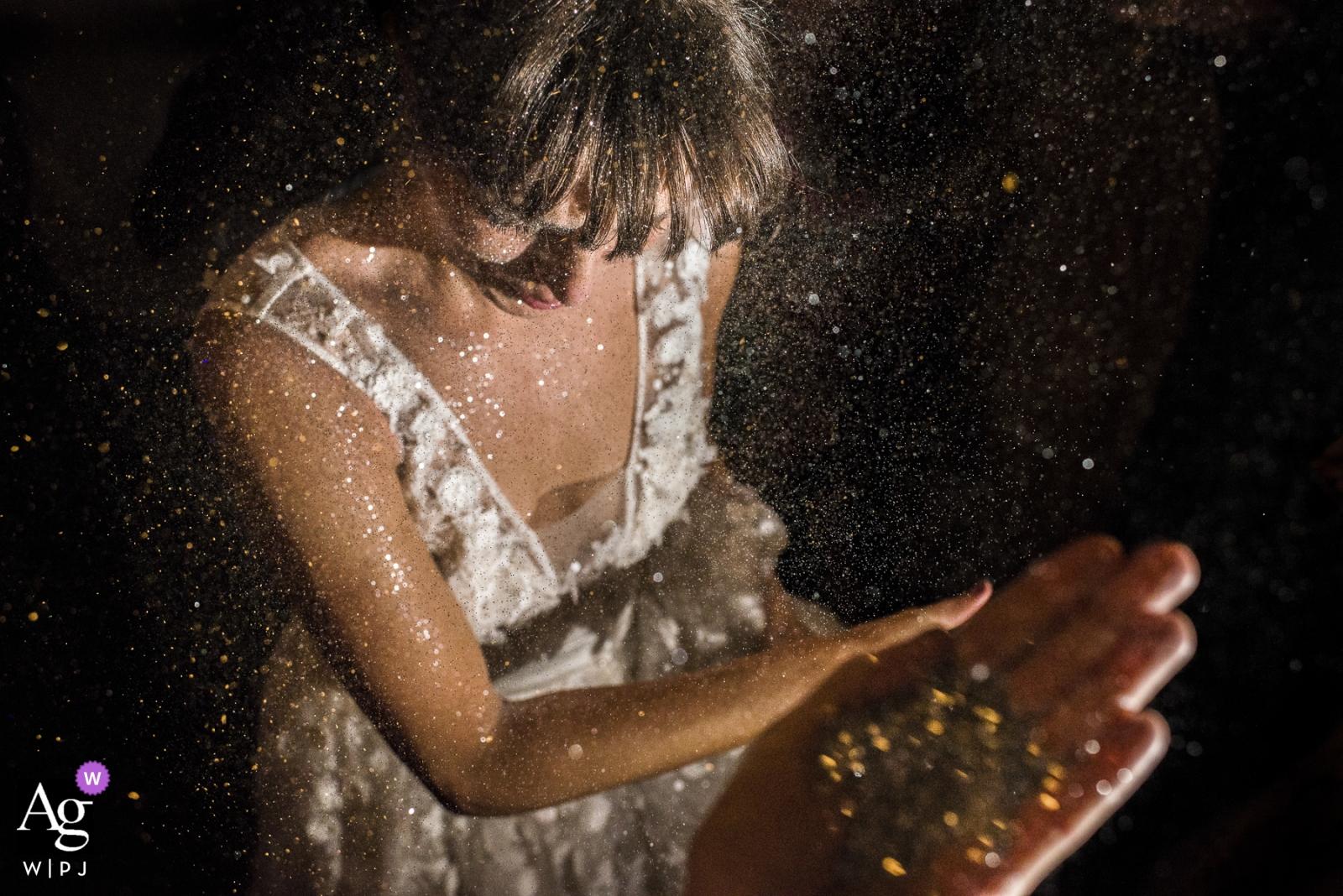 Rio de Janeiro, Brasilien-Braut, die mit Funkeln am Hochzeitstag gesprüht erhält
