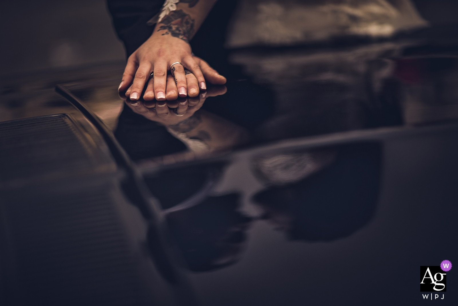Sarzana wedding photographer | Details of love reflected in this car hood portrait