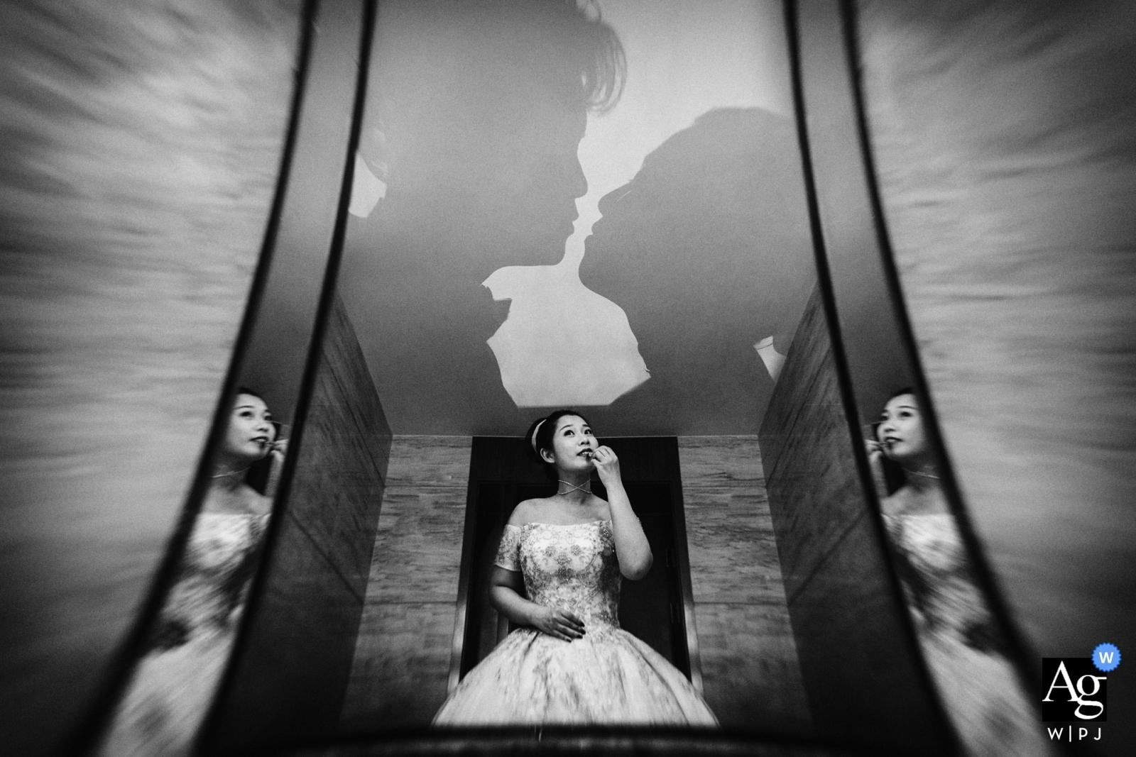 portrait de mariage de la mariée reflétant dans les miroirs qu'elle se prépare