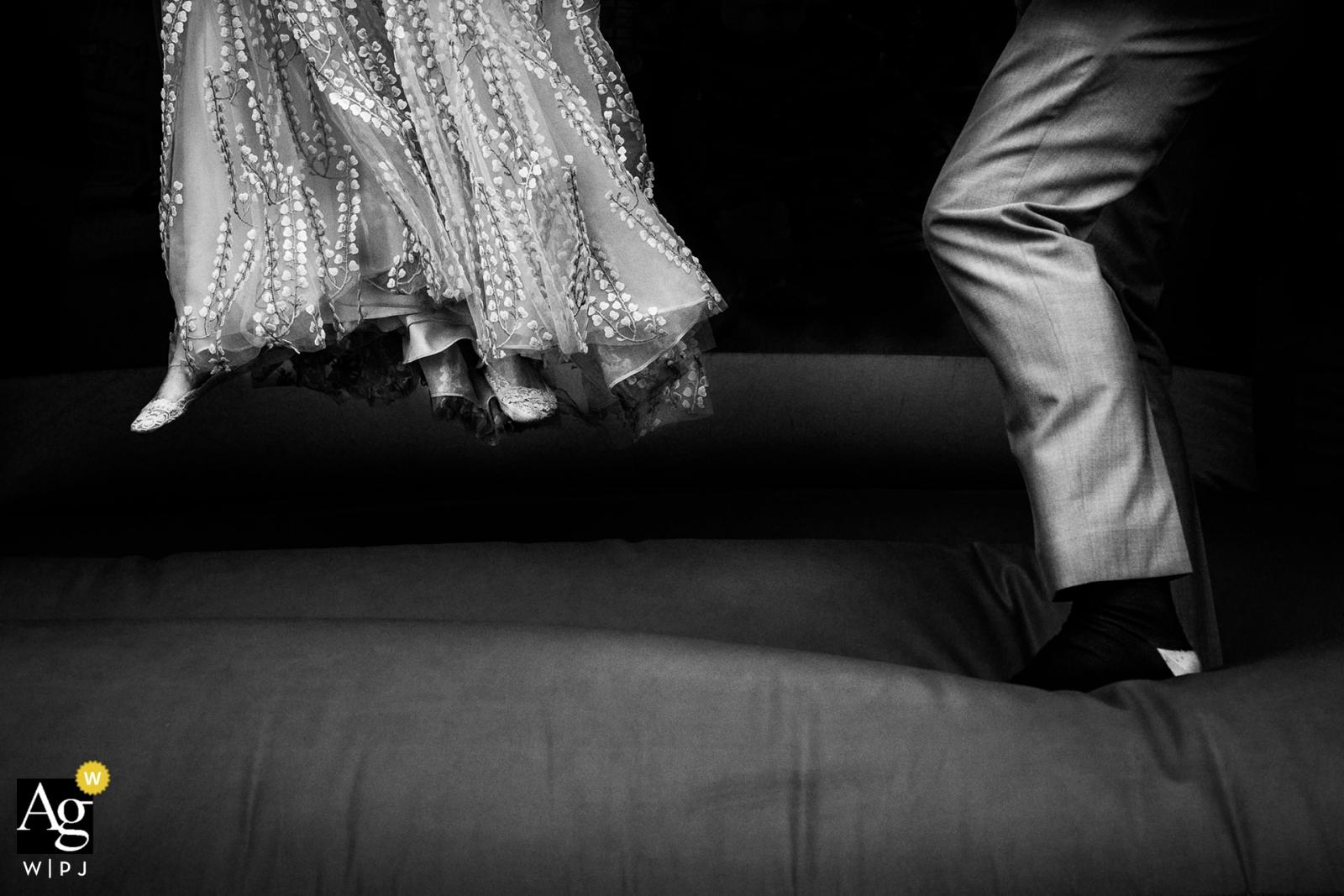 Linkes Ufer, Leeds Hochzeitsfotograf | Springende Sitzung der Hochzeitstag-Hüpfburg für die Braut und den Bräutigam