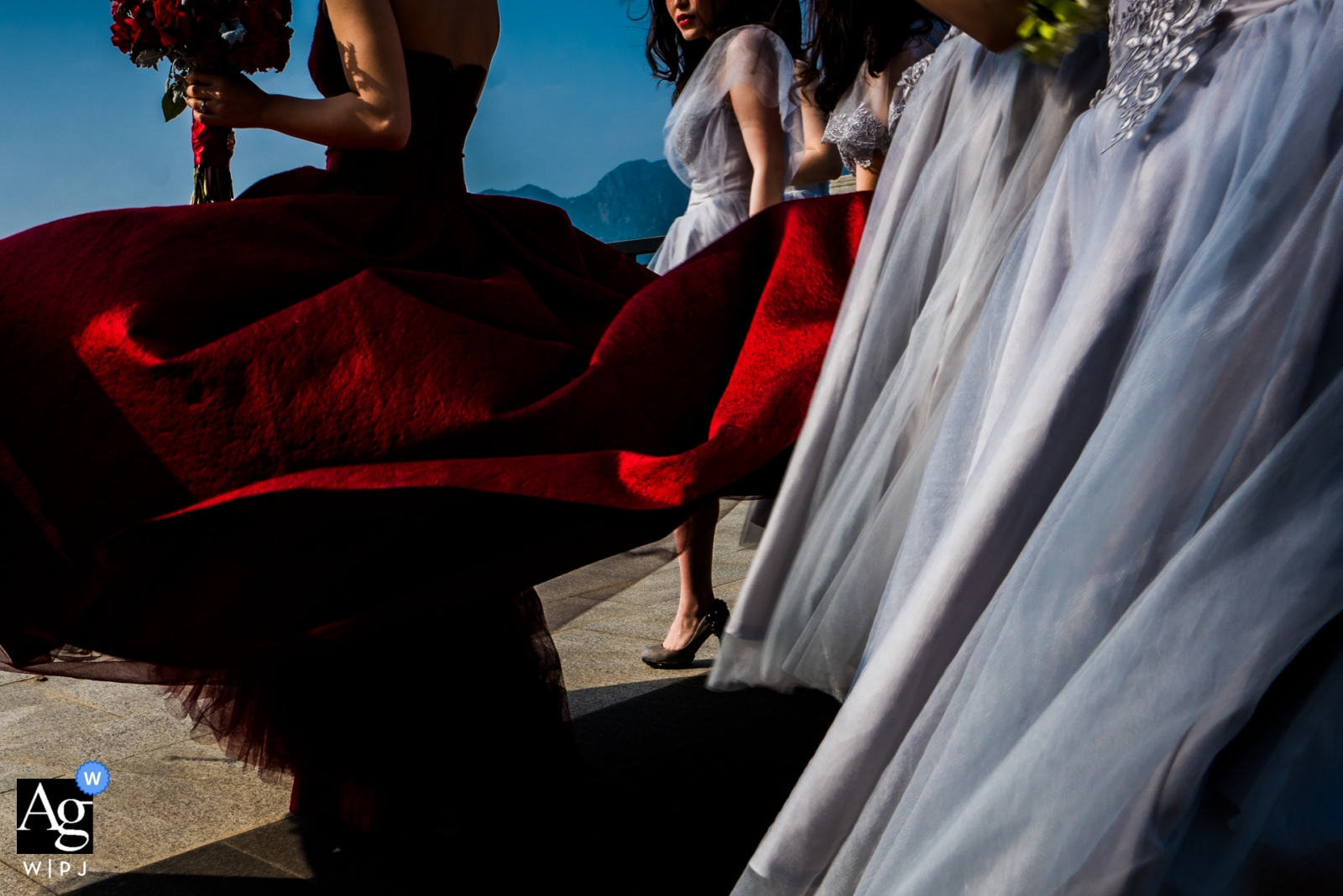Wenzhou actual day wedding photographer | bride and bridesmaids Preparing for the ceremony outside in the wind with their bouquets.