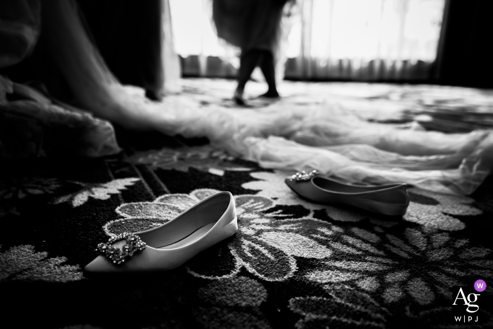 China wedding photography | The shoes of the bride on the hotel carpet with the dress - getting ready for the wedding ceremony