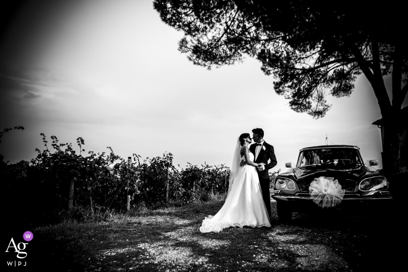 Portrety ślubne Villa Bruguier | panna młoda i pan młody są małżeństwem ... i czarnym samochodem