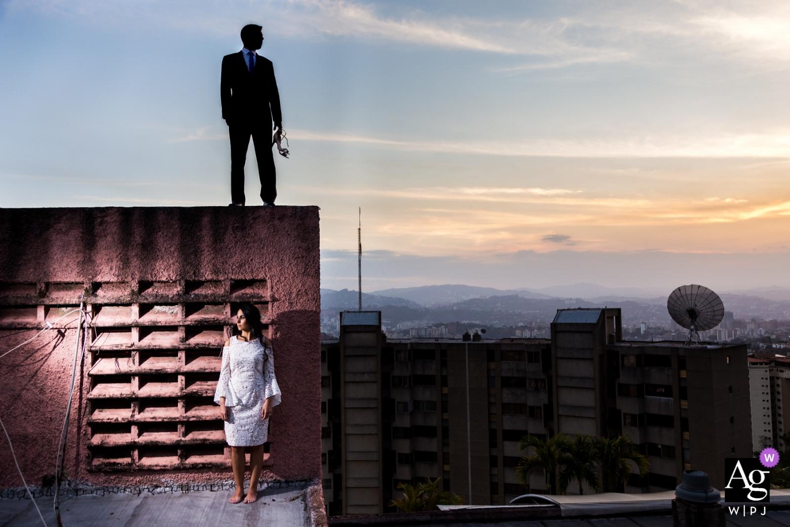Caracas Venezuela trouwfoto's | mannen in het zwart - vrouwen in het wit - portret van de bruid en bruidegom bij zonsondergang