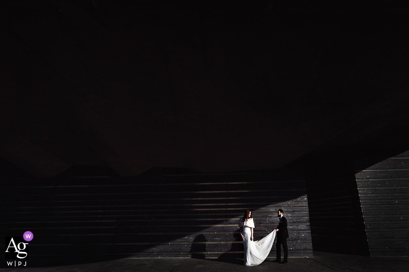 El faro en los muelles de Chelsea, Nueva York, fotografía de boda de NY | Novia y novio retrato usa luz directa afuera