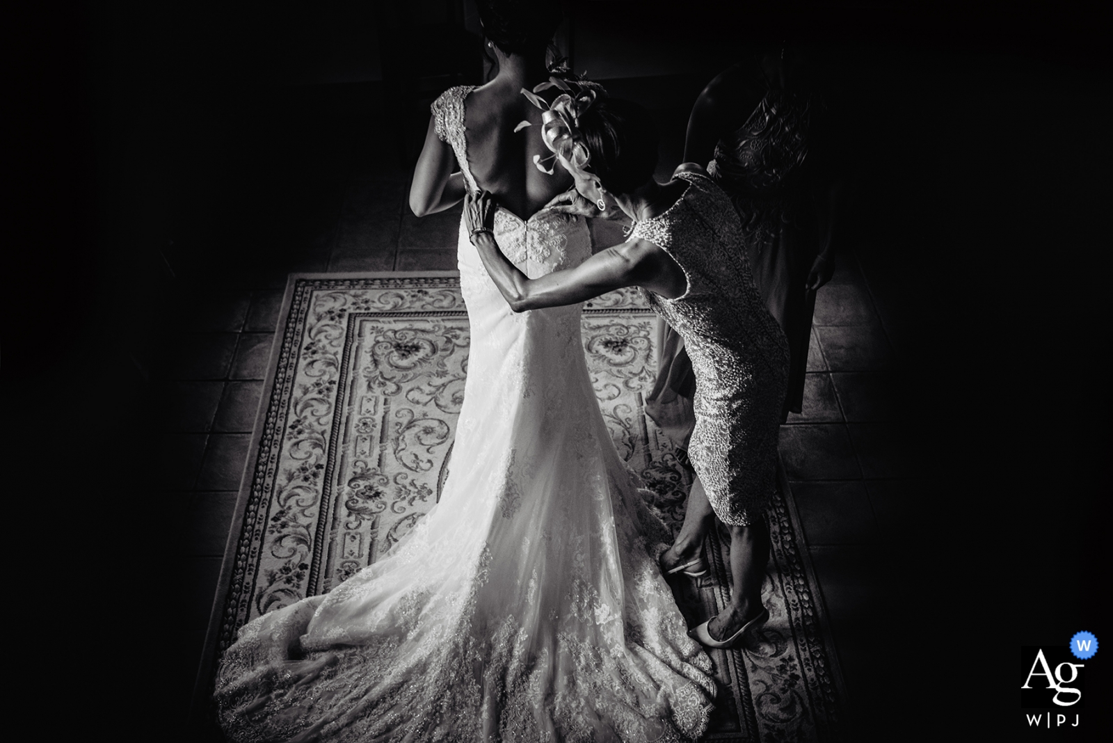Borgo Petrognano, artystyczny fotograf ślubny z Toskanii | panna młoda otrzymuje pomoc podczas przygotowań - zakładanie sukienki