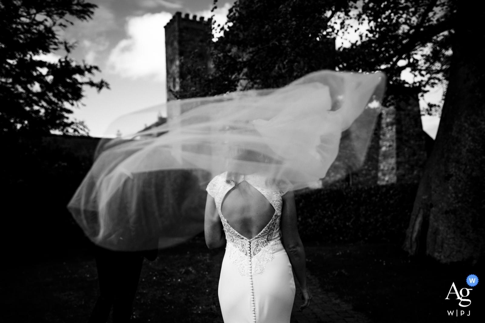 Barberstown Castle, Irland Fine Art, dokumentarischer Hochzeitsfotograf - Schleier weht im Wind