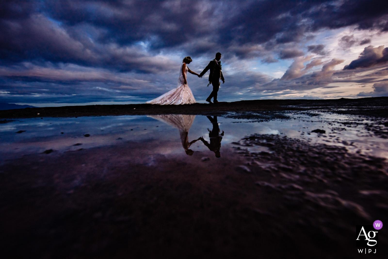 Retrato al atardecer de los novios en el muelle de Olowalu Plantation House | Fotógrafo de bodas de hawai