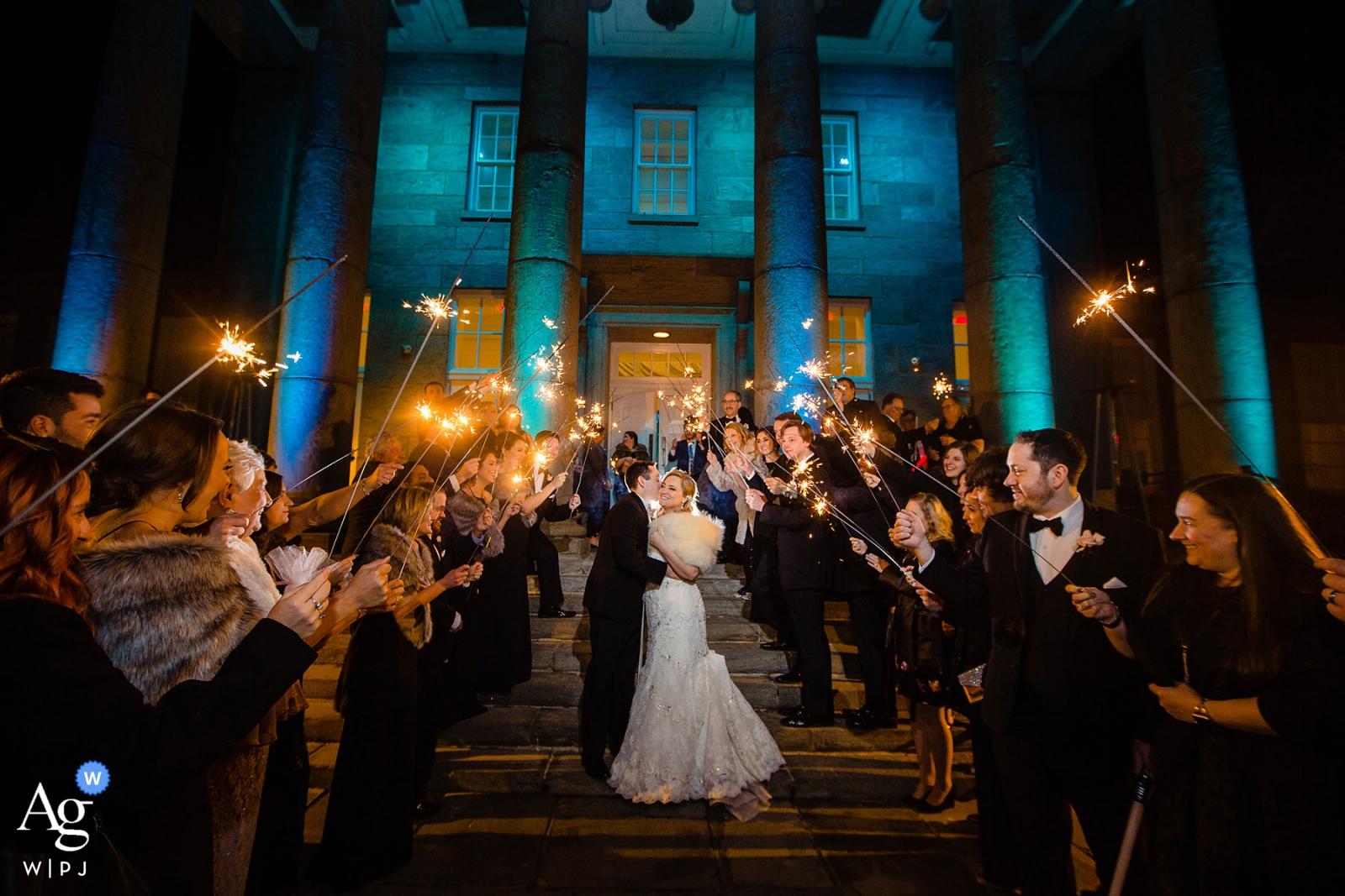 Hochzeitstag-Gruppenporträt im Ballsaal von Ellis Preserve, das die Nacht mit einer Wunderkerzenfeier beendet