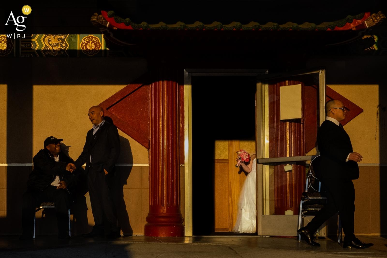 En esta foto, el fotógrafo de bodas de Fuzhou captó el momento en que la novia decidió mirar por la puerta de la capilla.