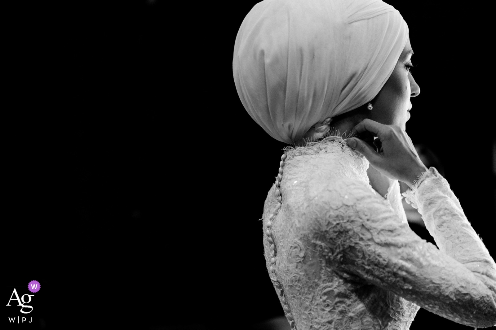 Turkey wedding photographer caught this black and white image of the bride putting finishing touches on herself to get ready for the ceremony