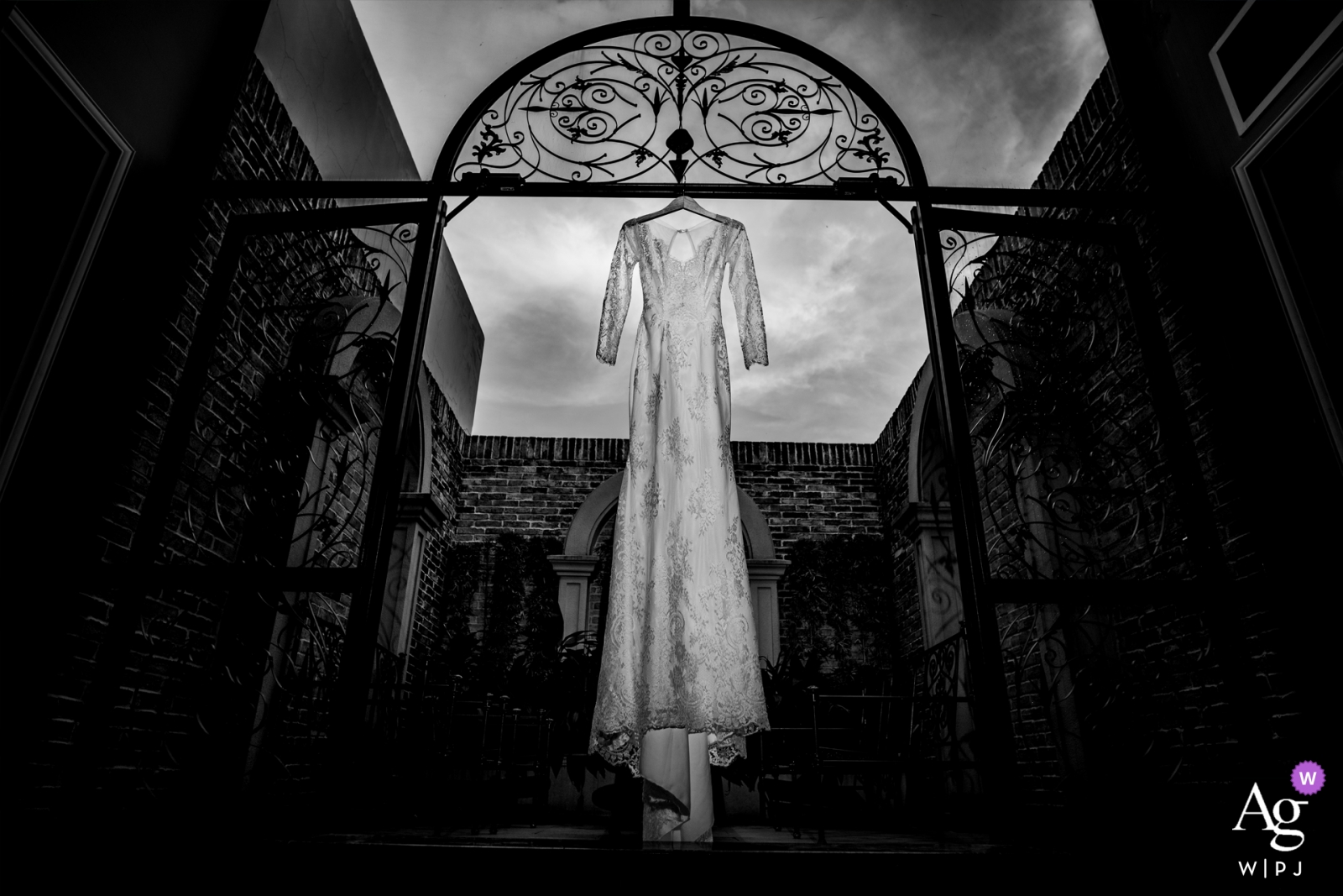Image de détail en noir et blanc d'une robe de mariée à Metropoli Venue