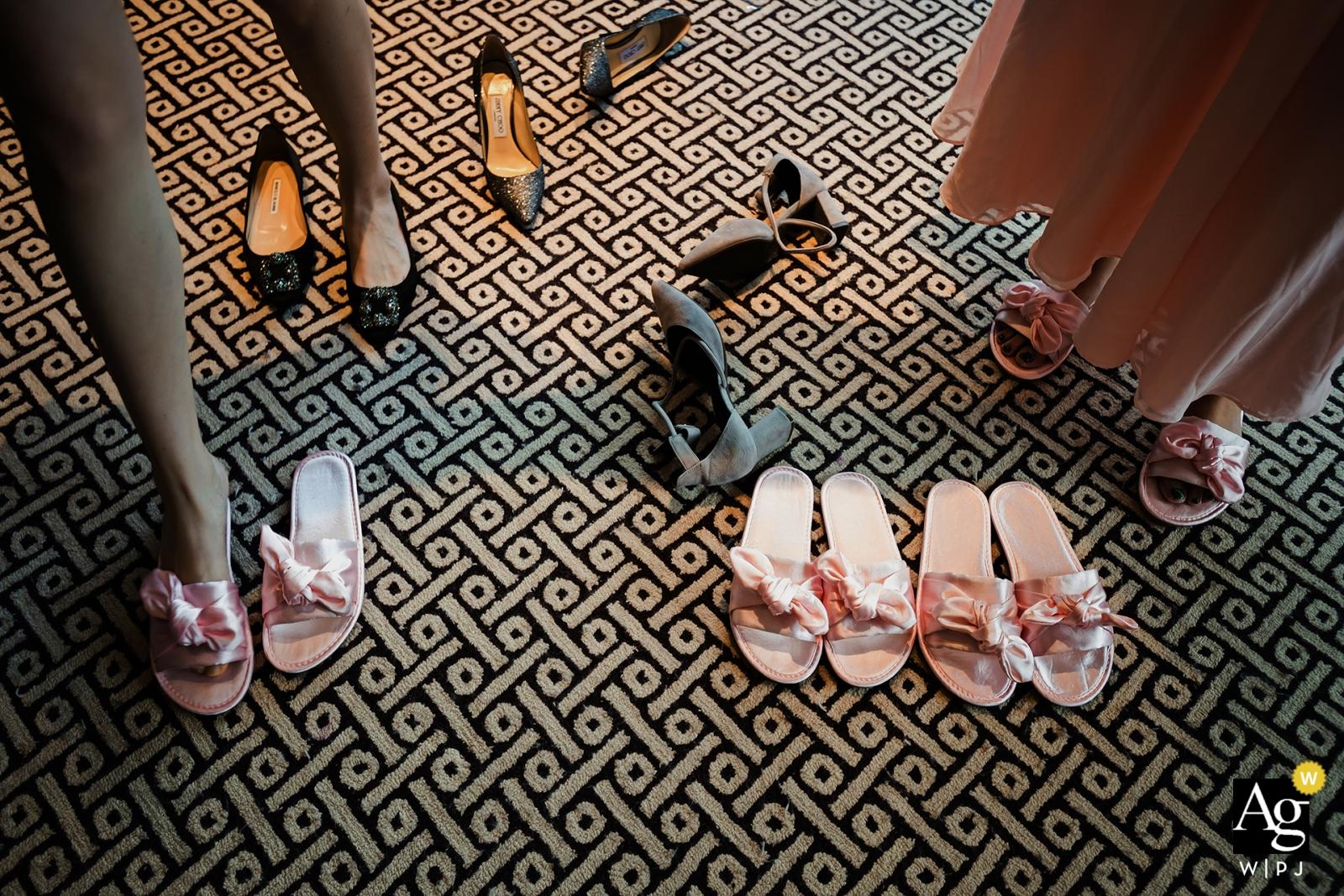 Fotograf ślubny Xiang Liu znieruchomiał w tym szczegółowym ujęciu butów damskich porzuconych przez właścicieli dla kapci