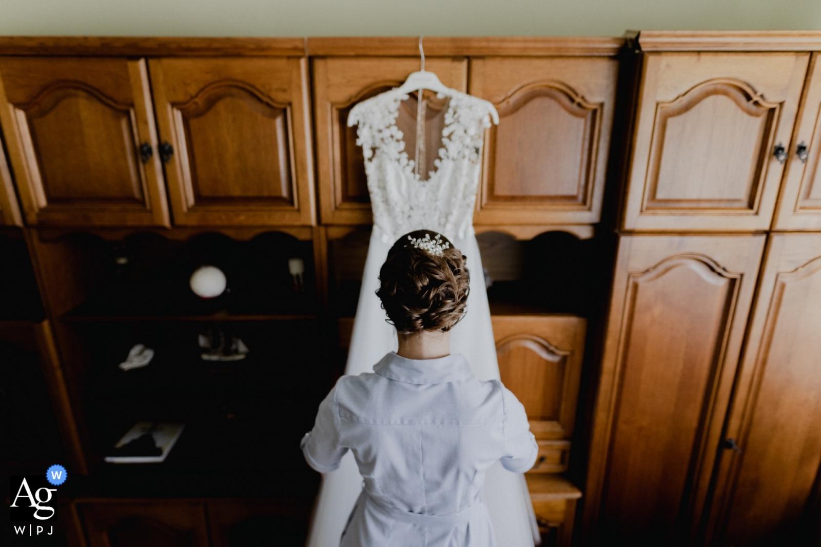 Kiskunmajsa, Sosto csarba, Hongarije Huwelijksfotograaf   Bruid die haar kleding bekijkt alvorens klaar te worden