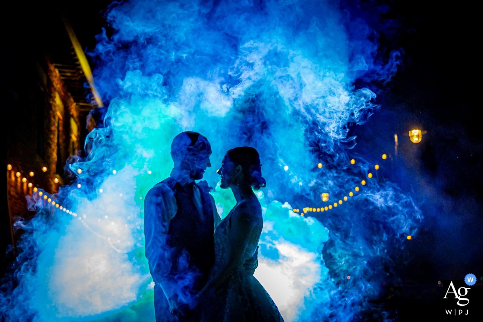 Rockford, IL - Photographie de réception de mariage de Prairie Street Brewing - un couple de mariage et une bombe de fumée