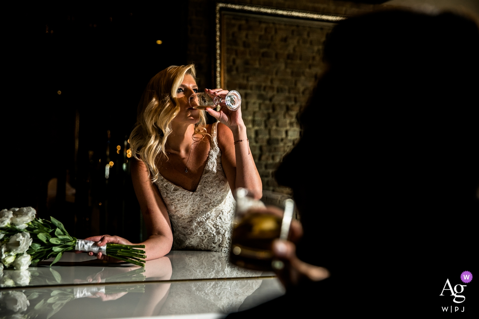 Wyndham Ankara - Bräutigam spielt Klavier, während er Whisky trinkt und die Braut Champagner trinkt