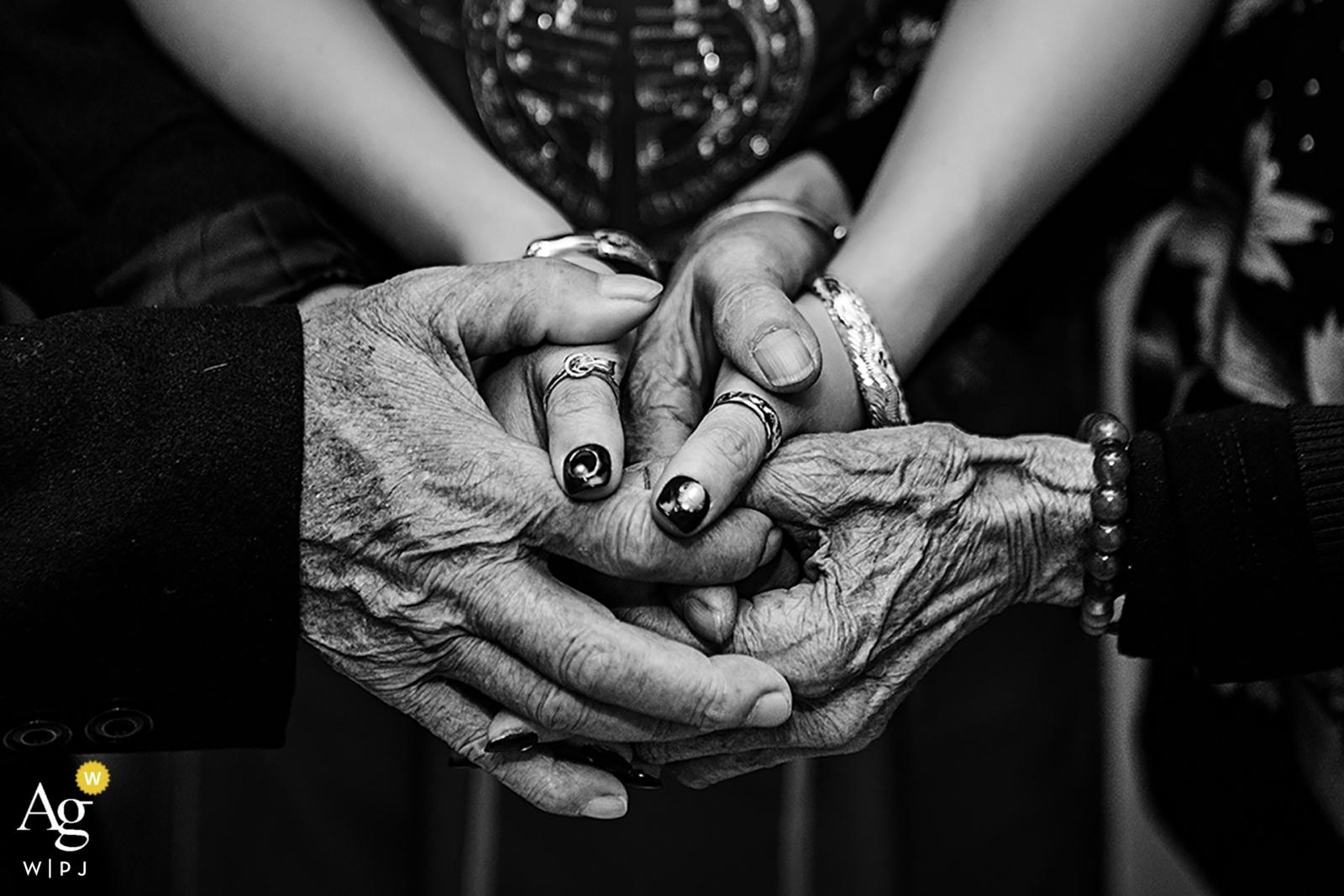 Fotograf Fujian sfotografował ten szczegół ślubu dziadków przywiązanych do dłoni wnuczki