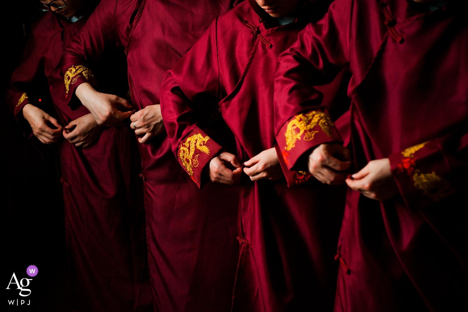 Fotograf ślubny Nanping stworzył ten obraz rąk drużbów wiążących szaty przed ceremonią