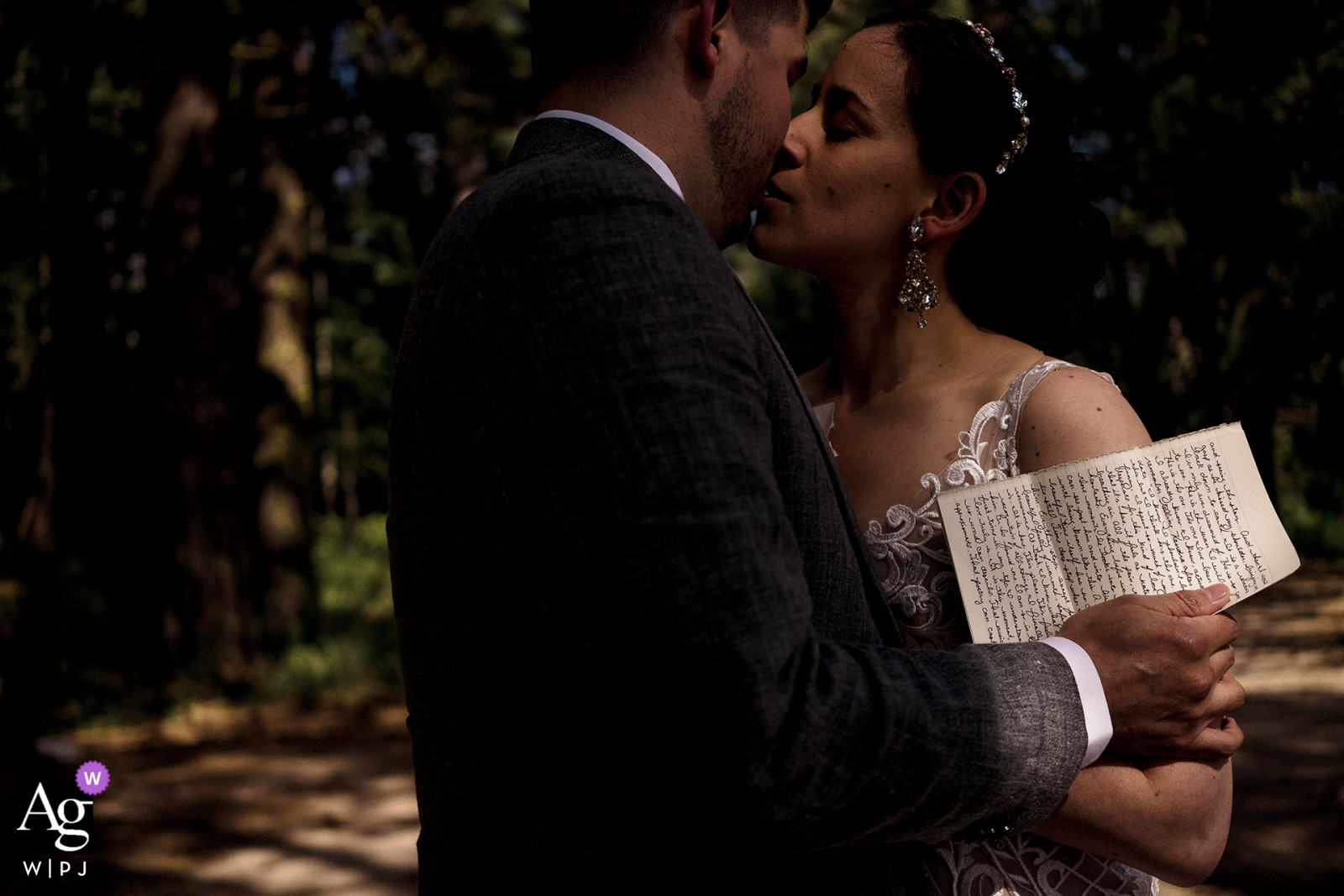 Brown Family Homestead photo de mariage de la mariée et le marié s'embrassent après avoir lu des lettres de l'autre