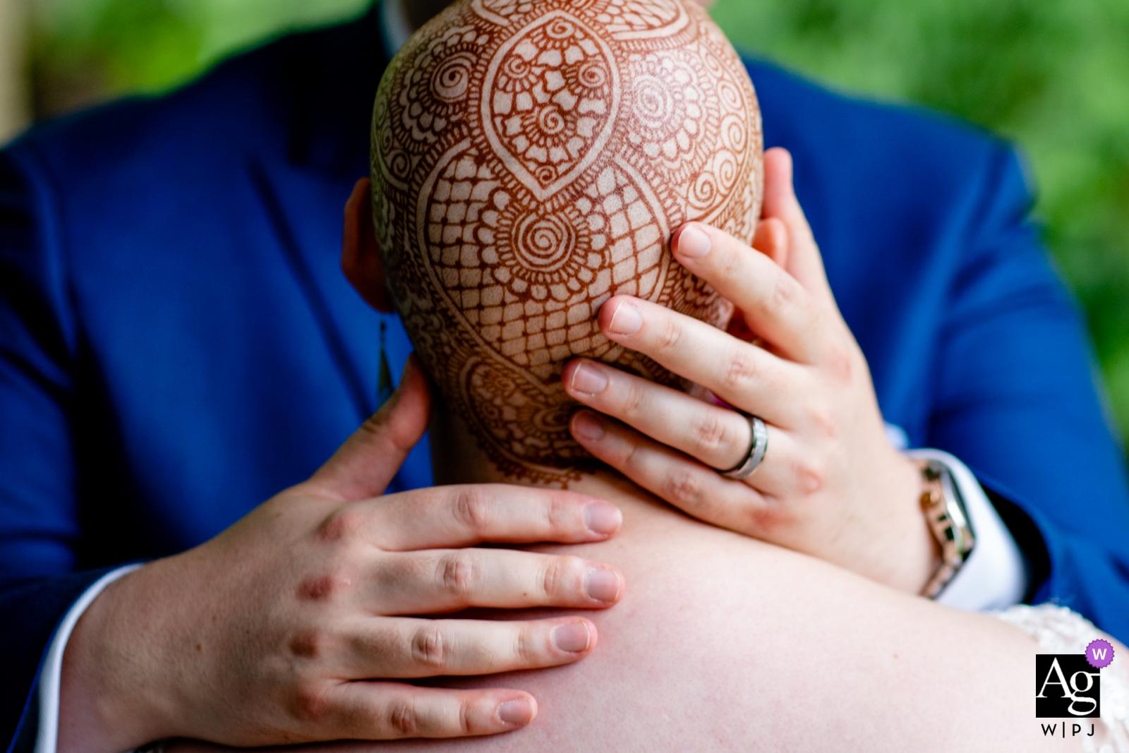 Meadowlark Atrium, Vienna, VA Photographie de détail de mariage | Le henné complexe de la mariée sur sa tête.