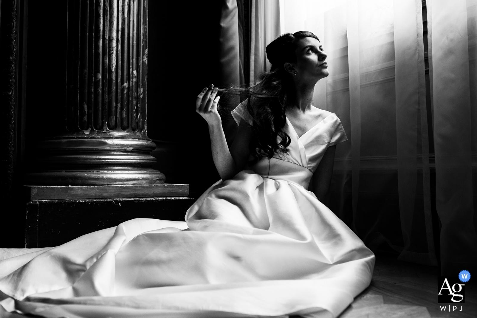 Frankreich-Brautporträt mit dem Fensterlicht, das nach ihr scheint