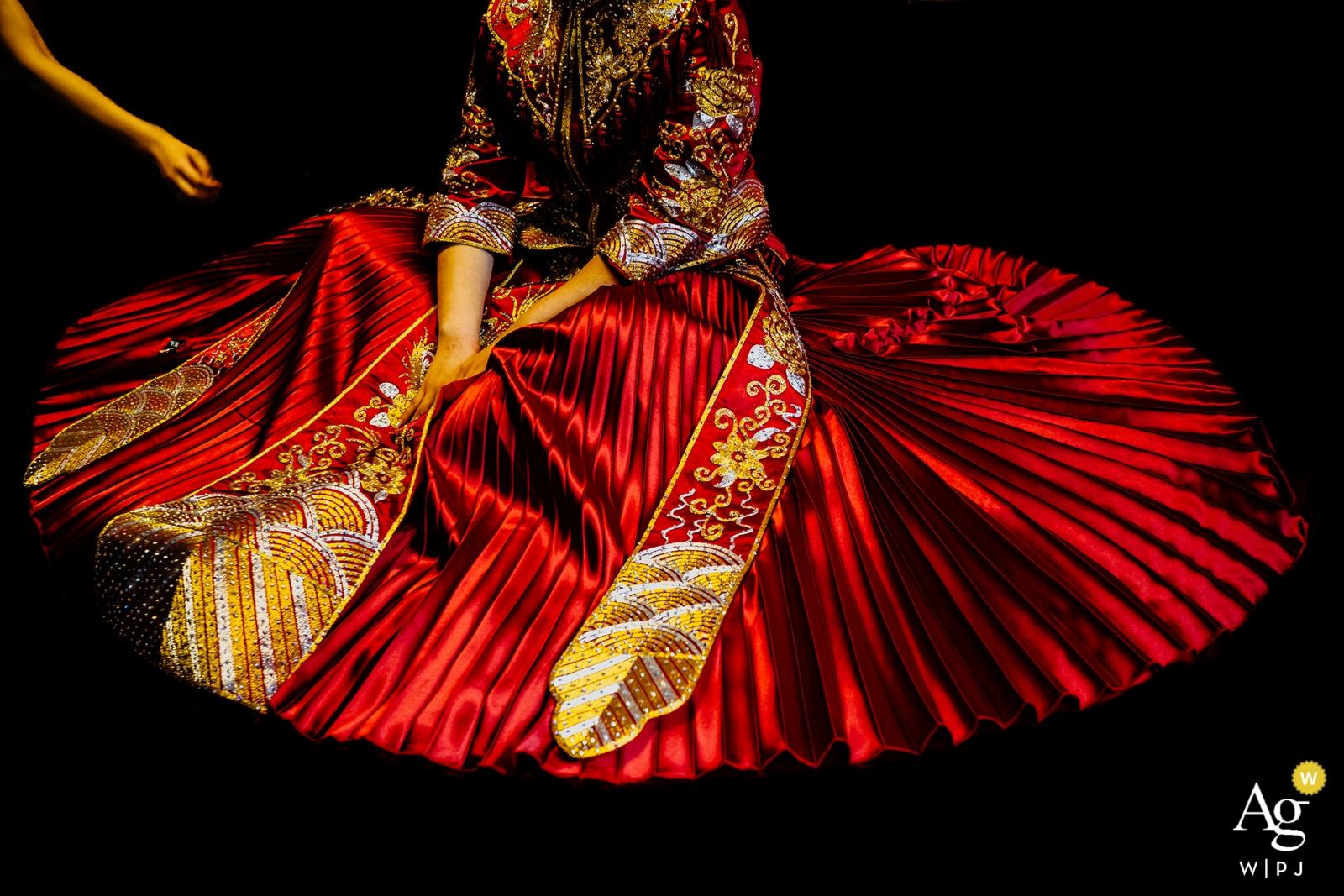 China-Hochzeitsbild einer Brautjungfer wird der Braut mit ihrer Kleidung helfen