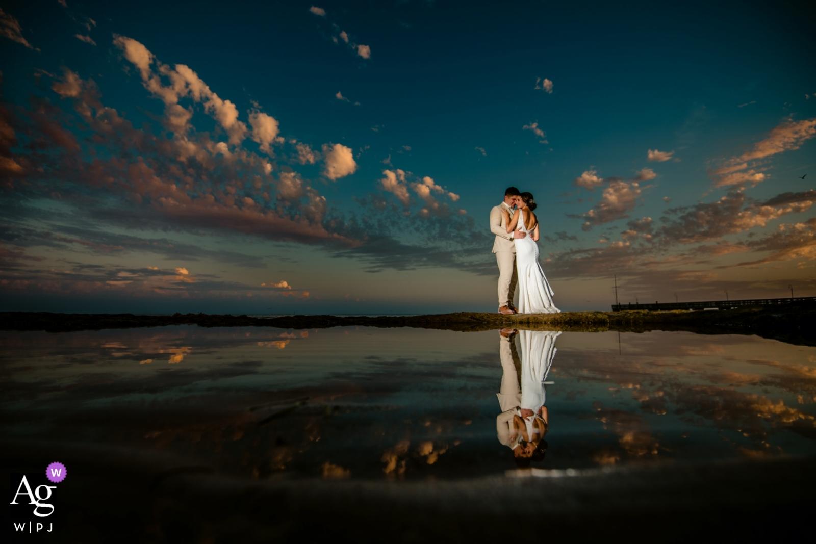 Casa Marina Resort Hochzeitsfotograf Key West: Sonnenuntergänge in Key West sind etwas Besonderes. Bei Ebbe legen sich die Kalkfelsen frei, was Ihnen perfekte Gezeitenpools für Reflexionen bietet.