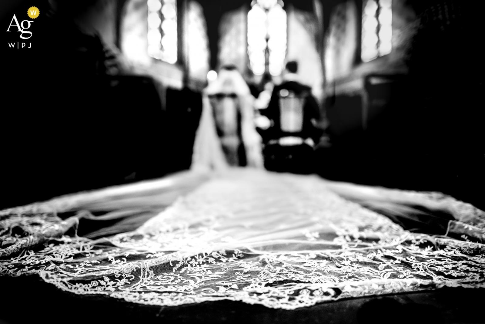 Agen, Francja szczegóły ślubu welonu panny młodej w kościele
