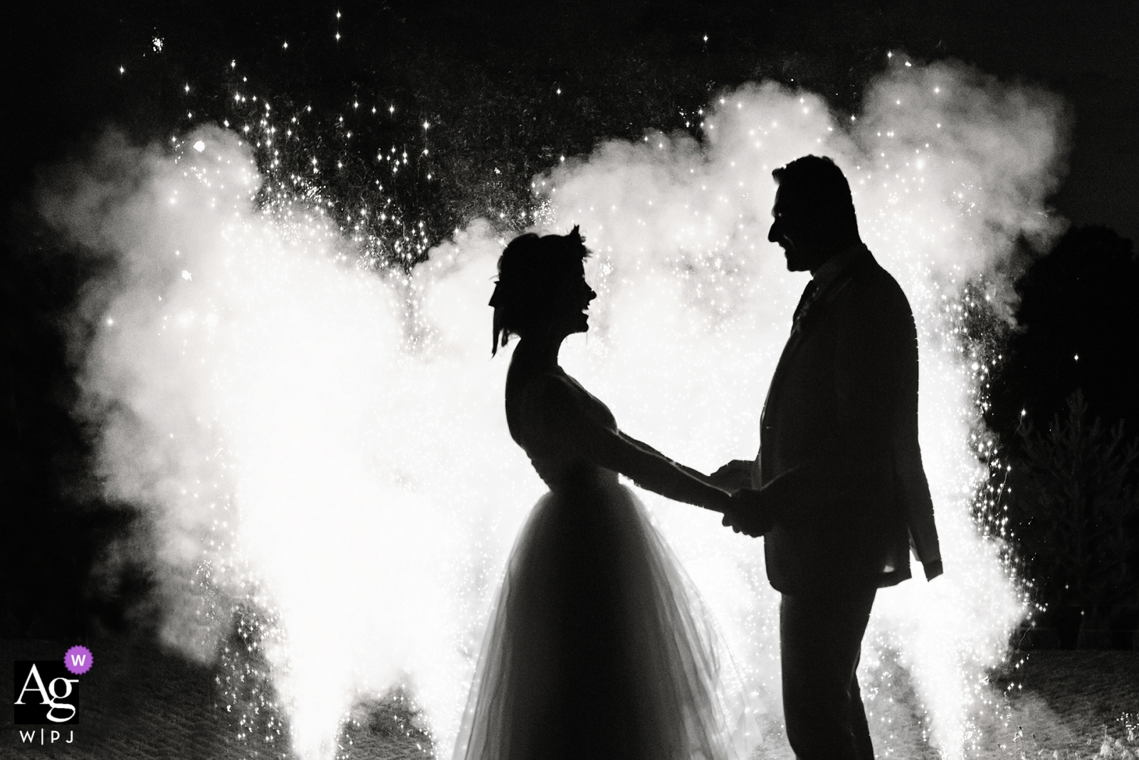 Polska czarno-biały portret ślubny pary podczas pokazu fajerwerków