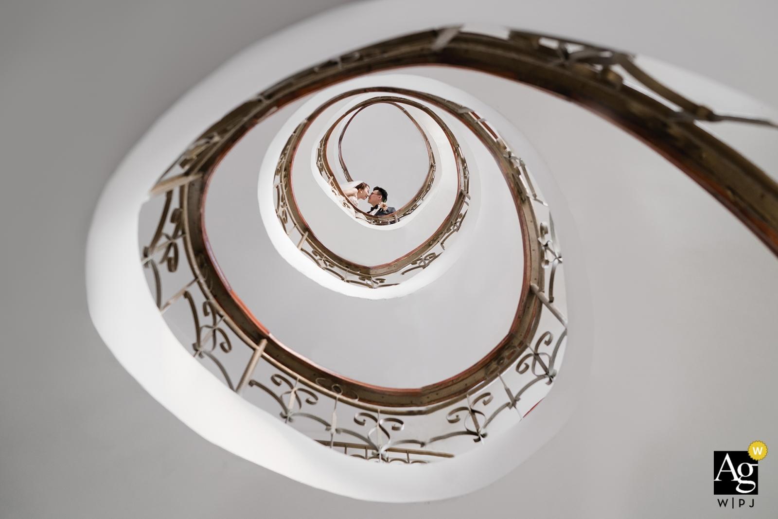 向上看浙江教堂樓梯婚禮肖像的一對夫婦