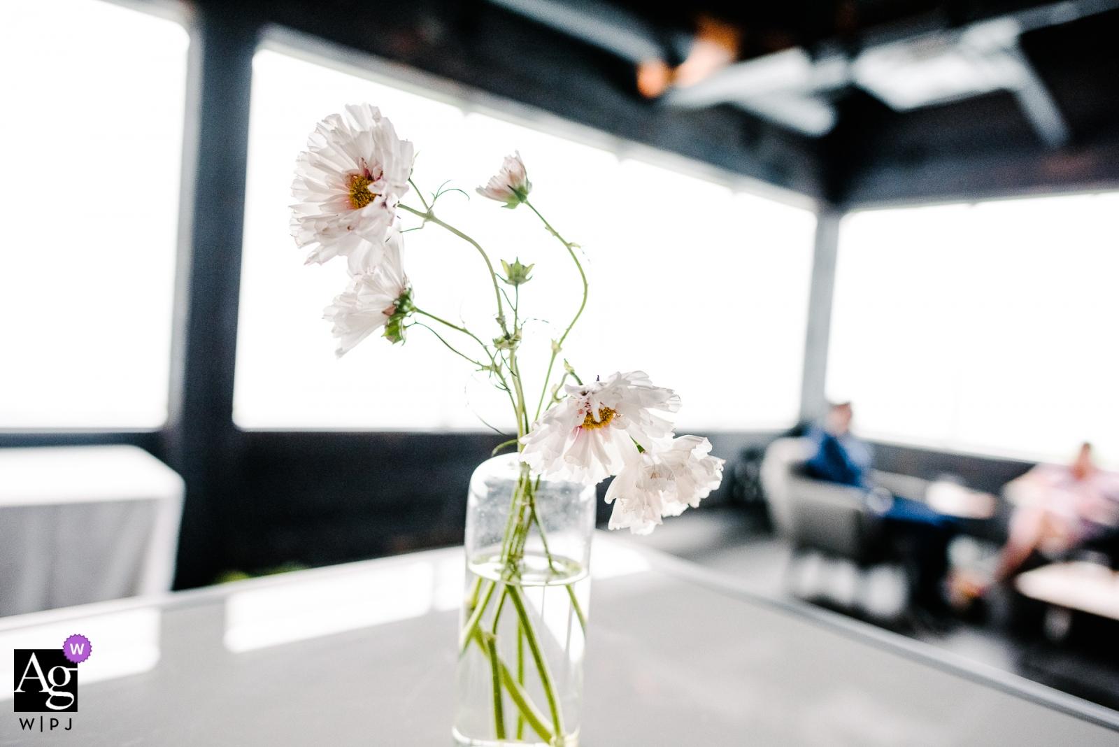 Veranstaltungsort für Hochzeitsempfänge in Ontario. Blumen auf einem Tisch.