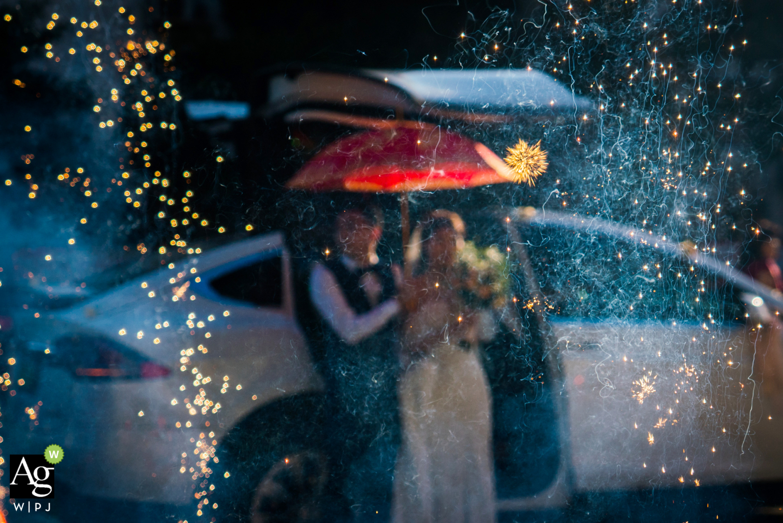 Fuzhou, Fujian wedding photographer said this: In some cities in China, when the bride and groom return home, they need to burn fireworks to celebrate, even during the day.